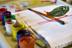 Χρώματα και βούρτσα παιδιών Στοκ Εικόνα