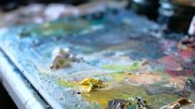 Χρώματα και βούρτσες βουρτσών και χρώματα του καλλιτέχνη απόθεμα βίντεο