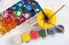 Χρώματα και βούρτσες για το σχέδιο Στοκ φωτογραφία με δικαίωμα ελεύθερης χρήσης
