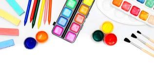 Χρώματα και βούρτσες στην άσπρη ανασκόπηση. Στοκ Φωτογραφία