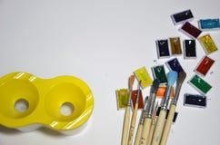 Χρώματα και βούρτσες στο άσπρο υπόβαθρο στοκ φωτογραφία με δικαίωμα ελεύθερης χρήσης