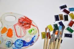 Χρώματα και βούρτσες στο άσπρο υπόβαθρο στοκ εικόνες