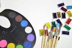 Χρώματα και βούρτσες στο άσπρο υπόβαθρο στοκ εικόνα με δικαίωμα ελεύθερης χρήσης
