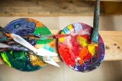 Χρώματα και βούρτσες στο ατελιέ Στοκ εικόνα με δικαίωμα ελεύθερης χρήσης