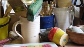 Χρώματα και βούρτσες στο εργαστήριο καλλιτεχνών απόθεμα βίντεο