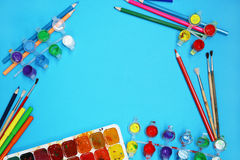 Χρώματα και βούρτσες Watercolor στο μπλε υπόβαθρο στοκ φωτογραφία με δικαίωμα ελεύθερης χρήσης