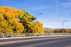 Χρώματα και γέφυρα πτώσης πέρα από τον ποταμό του Rio Grande Στοκ Φωτογραφία