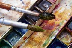 Χρώματα και παιδαριώδης εξοπλισμός ζωγραφικής, Watercolors και βούρτσες, χρώματα υδατοχρώματος Στοκ φωτογραφία με δικαίωμα ελεύθερης χρήσης