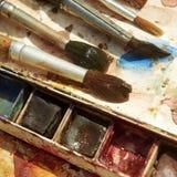 Χρώματα και παιδαριώδης εξοπλισμός ζωγραφικής, Watercolors και βούρτσες, χρώματα υδατοχρώματος Στοκ Φωτογραφία