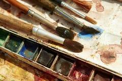 Χρώματα και παιδαριώδης εξοπλισμός ζωγραφικής, Watercolors και βούρτσες, χρώματα υδατοχρώματος Στοκ εικόνες με δικαίωμα ελεύθερης χρήσης