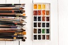 Χρώματα και πινέλα Watercolor για τη ζωγραφική στον ξύλινο πίνακα Στοκ φωτογραφία με δικαίωμα ελεύθερης χρήσης