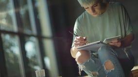 Χρώματα καλλιτεχνών με το πινέλο, που χαμογελά στη διαδικασία έμπνευση απόθεμα βίντεο