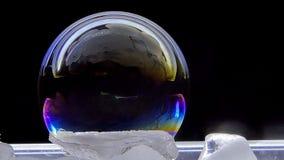Χρώματα λαμπυρίσματος των φυσαλίδων σαπουνιών στον πάγο