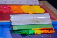 Χρώματα μίγματος με το χέρι Στοκ φωτογραφία με δικαίωμα ελεύθερης χρήσης
