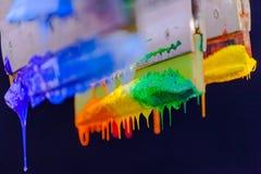 Χρώματα μίγματος με το χέρι Στοκ Φωτογραφία