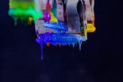 Χρώματα μίγματος με το χέρι Στοκ Φωτογραφίες