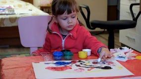 Χρώματα μικρών κοριτσιών με τα χρώματα δάχτυλων απόθεμα βίντεο