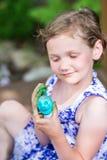 Χρώματα μικρών κοριτσιών το αυγό Πάσχας της στοκ φωτογραφίες με δικαίωμα ελεύθερης χρήσης