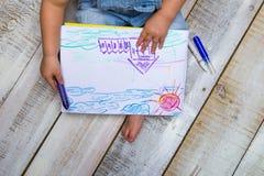 Χρώματα παιδιών με τα κραγιόνια Στοκ φωτογραφίες με δικαίωμα ελεύθερης χρήσης