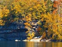 Χρώματα πτώσεων κατά μήκος του νέου ποταμού, δυτική Βιρτζίνια στοκ φωτογραφία