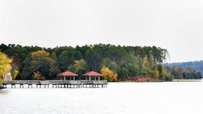 Χρώματα πτώσης στο μέτωπο λιμνών στοκ φωτογραφία με δικαίωμα ελεύθερης χρήσης