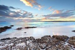 Χρώματα της Dawn στον κόλπο NSW Αυστραλία Jervis Στοκ Εικόνες