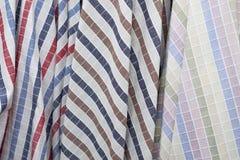 Χρώματα του άνευ ραφής υφάσματος σχεδίων πλέγματος στο κατάστημα υφάσματος Στοκ εικόνες με δικαίωμα ελεύθερης χρήσης