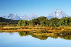 Χρώματα φθινοπώρου ανατολής κάμψεων Oxbow, μεγάλο εθνικό πάρκο Teton, Wyo στοκ φωτογραφία