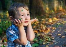 Χρώματα φθινοπώρου για το μικρό καλλιτέχνη Στοκ Φωτογραφίες