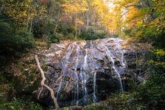 Χρώματα φθινοπώρου και καταρράκτης, μπλε βουνά κορυφογραμμών Στοκ Φωτογραφία