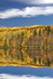 Χρώματα φθινοπώρου που απεικονίζονται στη λίμνη, Μινεσότα, ΗΠΑ στοκ φωτογραφία με δικαίωμα ελεύθερης χρήσης