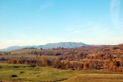 Χρώματα φθινοπώρου στα βουνά στην ημέρα στοκ φωτογραφία