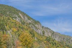 Χρώματα φθινοπώρου στον απότομο βράχο βρύου Στοκ Εικόνες
