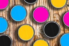Χρώματα CMYK στα δοχεία κασσίτερου στοκ εικόνες