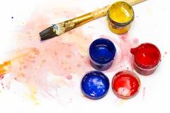 Χρώματα Watercolor, βούρτσες τέχνης και άσπρα φύλλα του εγγράφου για δραχμές Στοκ Φωτογραφία
