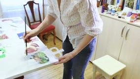 Χρώματα watercolor ζωγραφικής καλλιτεχνών γυναικών απόθεμα βίντεο