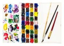 χρώματα watercolor με την παλέτα και λίγα πινέλα στοκ φωτογραφίες
