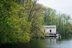 Χρώμα άνοιξη και οικοδόμηση κατά μήκος της λίμνης Roland, στο πάρκο του Roland λιμνών στοκ φωτογραφία