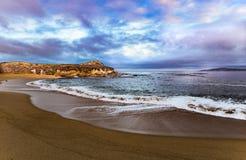 Χρώμα ανατολής πέρα από την παραλία μοναστηριών κοντά στη Carmel, ασβέστιο Στοκ εικόνα με δικαίωμα ελεύθερης χρήσης