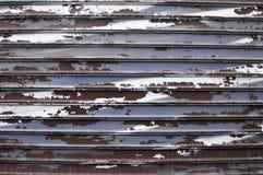 Χρώμα αποφλοίωσης σε έναν παλαιό φράκτη σιδήρου στοκ φωτογραφίες