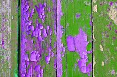 Χρώμα αποφλοίωσης στο παλαιό ξεπερασμένο πράσινο και ιώδες ξύλο - κατασκευασμένο υπόβαθρο Στοκ φωτογραφίες με δικαίωμα ελεύθερης χρήσης