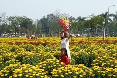 Χρώμα, Βιετνάμ - 10 Φεβρουαρίου 2018: Πορτρέτο της βιετναμέζικης γυναίκας και της κόρης της στα παραδοσιακά φορέματα στοκ εικόνες με δικαίωμα ελεύθερης χρήσης