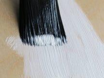 Χρώμα βουρτσών ένα ξύλινο άσπρο χρώμα πατωμάτων Στοκ Φωτογραφίες