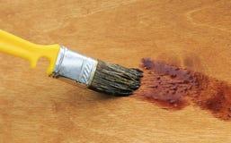 Χρώμα βουρτσών η ξύλινη επιφάνεια του στρώματος των λεκέδων Στοκ εικόνα με δικαίωμα ελεύθερης χρήσης