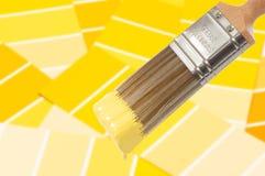 χρώμα βουρτσών κίτρινο Στοκ Φωτογραφίες