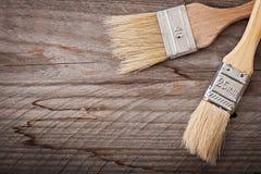 Χρώμα βουρτσών στο ξύλινο υπόβαθρο Στοκ Φωτογραφίες