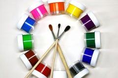 Χρώμα γκουας στους κυλίνδρους και τις βούρτσες στο άσπρο υπόβαθρο στοκ φωτογραφία με δικαίωμα ελεύθερης χρήσης
