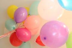 Χρώμα εορτασμού κορδελλών μυγών ηλίου μπαλονιών διαφορετικό Στοκ φωτογραφία με δικαίωμα ελεύθερης χρήσης