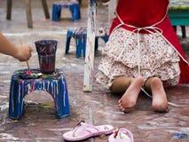 Χρώμα ζωγραφικής παιδιών στοκ εικόνα με δικαίωμα ελεύθερης χρήσης
