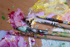 Χρώμα και βούρτσες στην ξύλινη παλέτα Στοκ Εικόνες